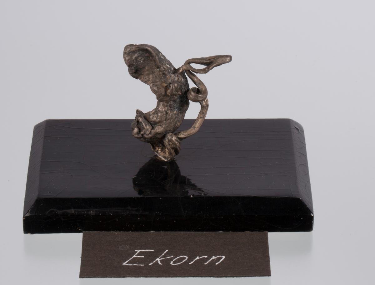 """""""Ekorn"""" på svart plate Vekt 53,96 g (med sokkel) Størrelse: 3,8 x 3,2 x 1,5 cm"""
