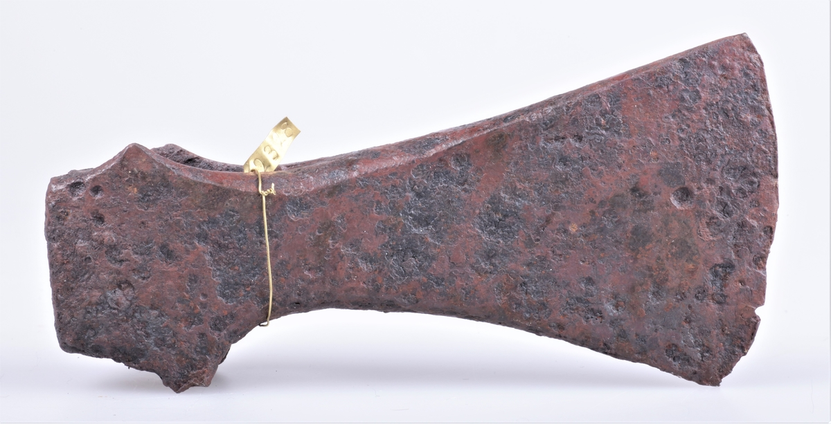 Øks av jern av type K fra Jan Petersen: De norske vikingesverd. Funnet på Alfstad gård, Østre Toten.