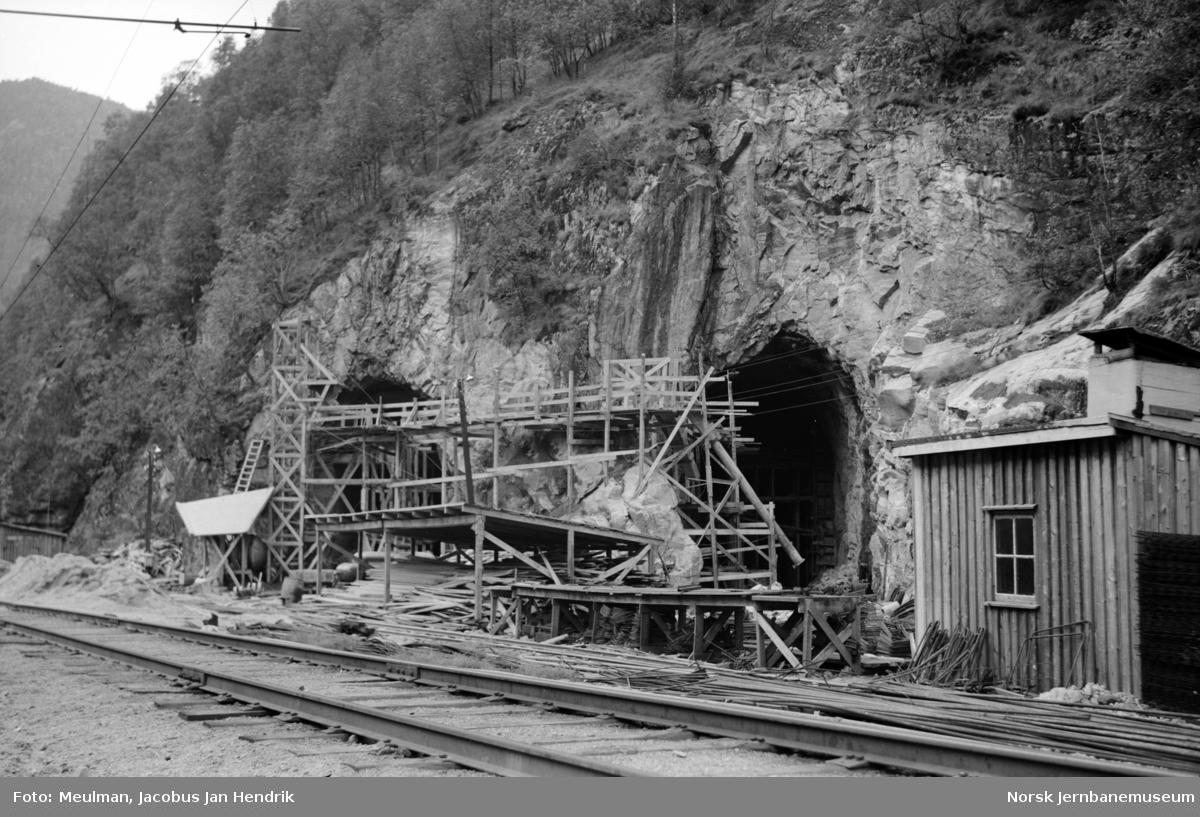 Bygging av Dale omformerstasjon, tunnelinnslag til begge hallene. .