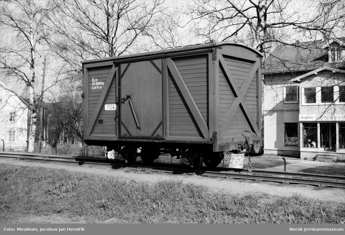 Lukket godsvogn litra G nr. 13 på Sørumsand stasjon.