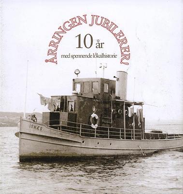 """Gammelt foto av slepebåten Isnæs med teksten """"Årringen jubilerer""""."""