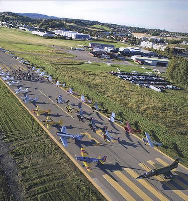 Foto av mange små fly oppstilt på rullebane.