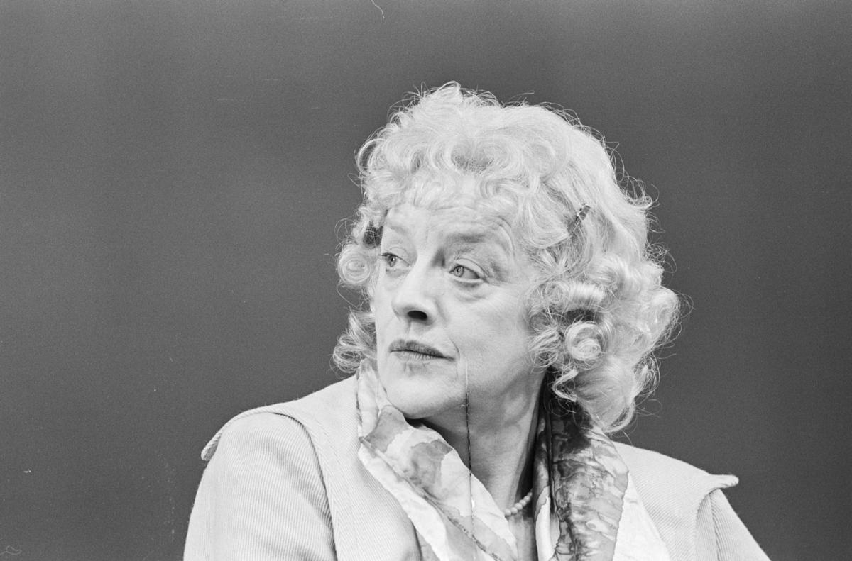 """Scene fra Nationaltheaterets oppsetning av David Storeys """"Hjem"""". Forestillingen hadde premiere 27. oktober 1971. Kirsten Sørlie hadde regi og medvirkende var blant annet Aase Bye."""