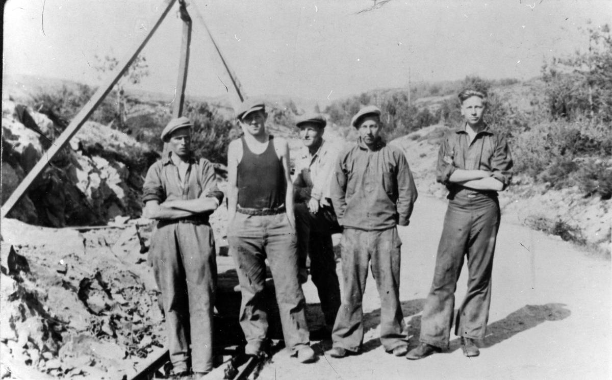 Fem män vid ett vägarbete i Småland, 1934. De är så kallade AK-arbetare, en slags nöghjälpsarbetare som anställdes av Arbetslöshetskommissionen.