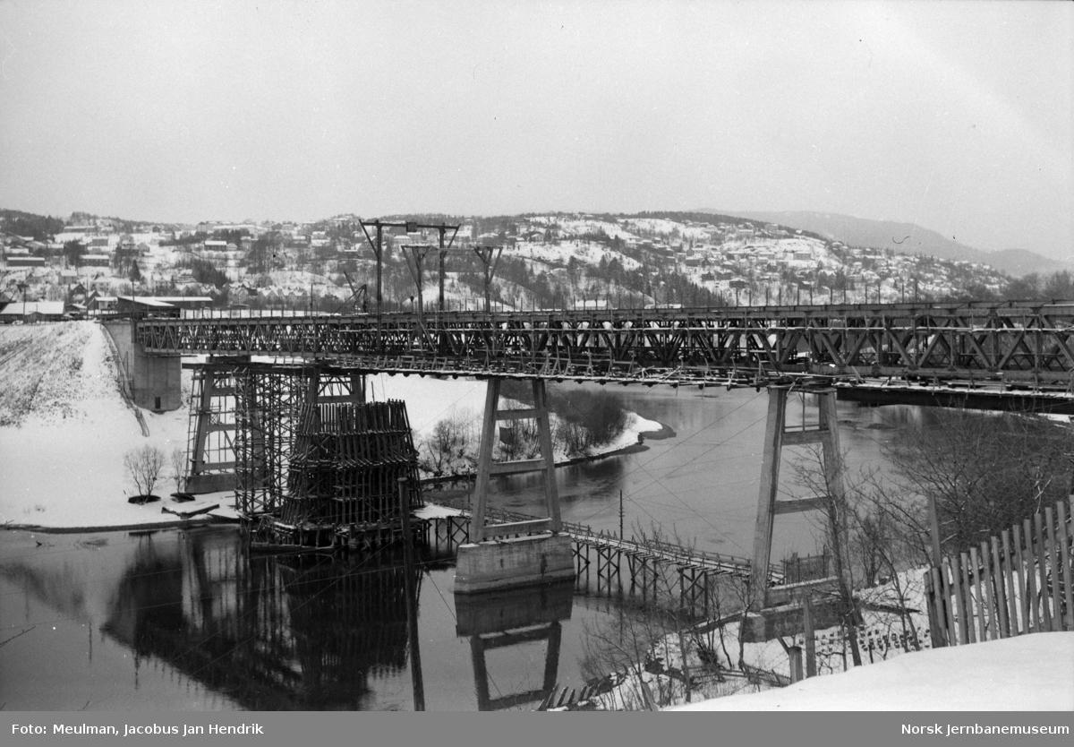 Nidelven bru på Stavne-Leangenbanen under bygging.