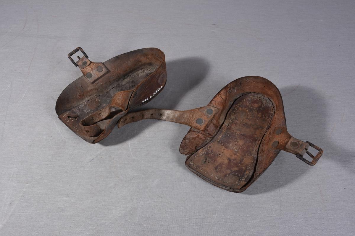 67d04474 Lær piggsko til å bruke utenpå andre sko ved glatte forhold under  utrykning. Skoene består