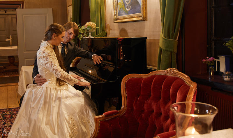 Brudepar_ved_piano_i_salongen._Foto_Morten_Obbink.jpg