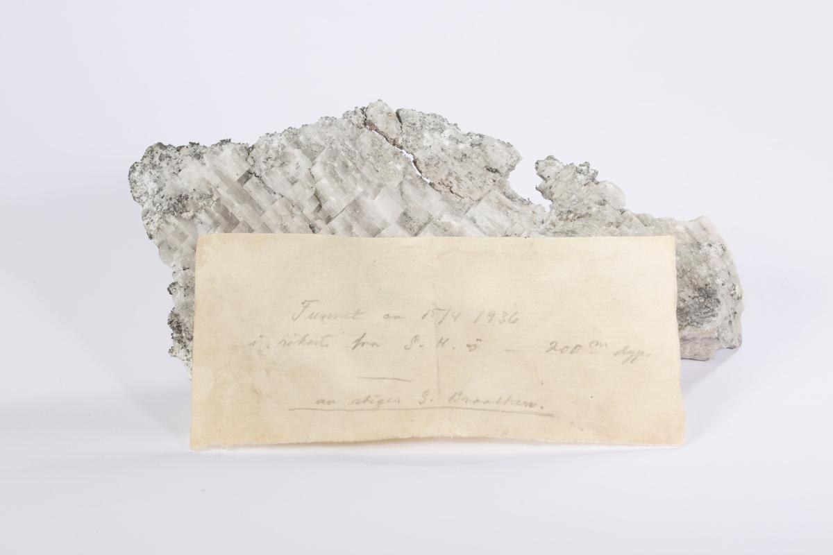"""Vekt: 352,44 g Lapp i eske: """"Funnet ca 15/4 1936 i rikerts fra G. H. ø - 200 m dyp av stiger G. Braathen"""