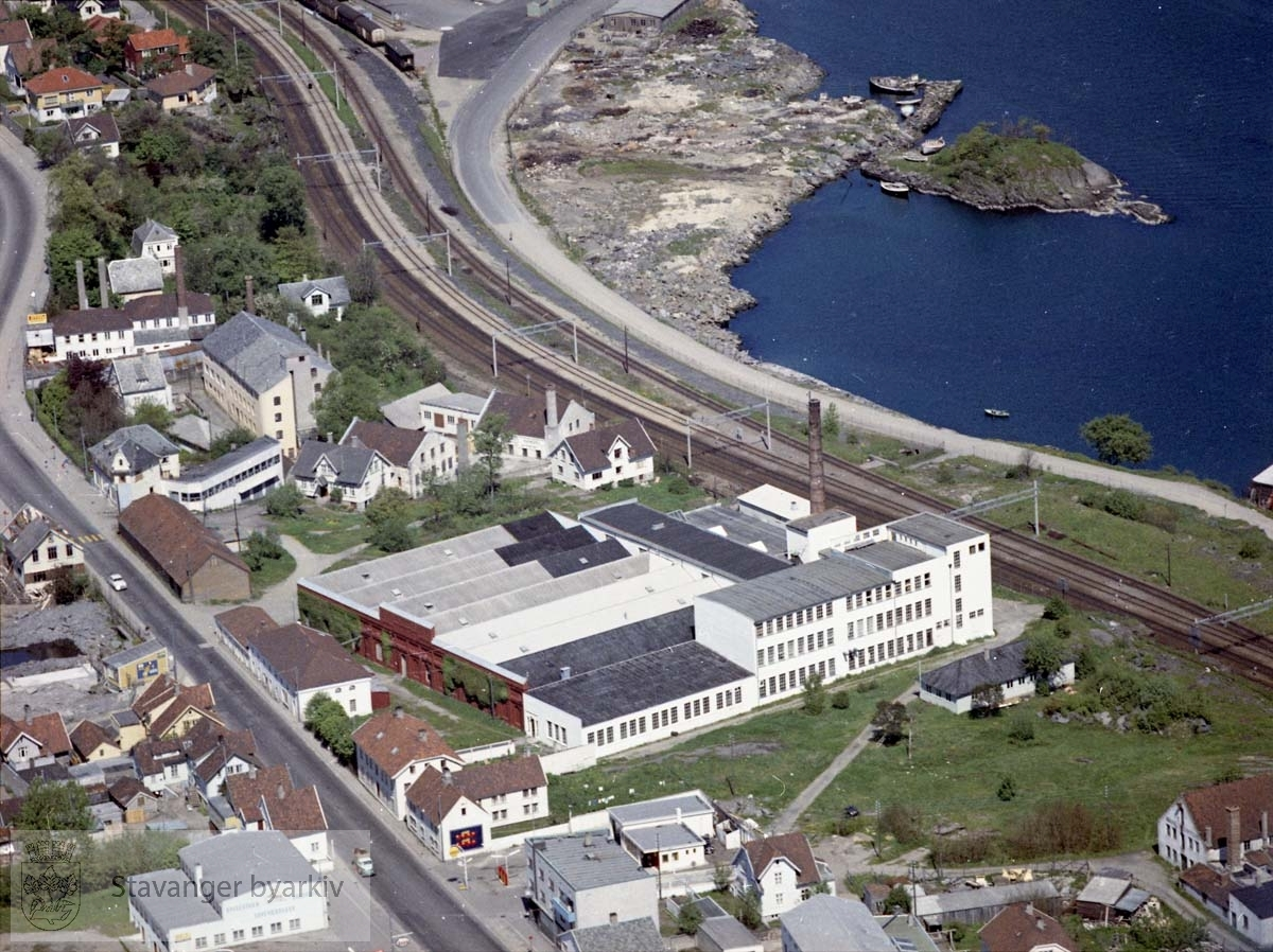 Sentralt i bildet Hillevaag og Olte Fabrikker (senere: Teknisk byrå)..Bebyggelse for øvrig ved Hillevågsveien, Hamneveien, Mølleveien, øverst til venstre Skjærabergveien..Øverst til høyre jernbanen, Consul Sigvald Bergesens vei, Hillevågsholmen, Gandsfjorden