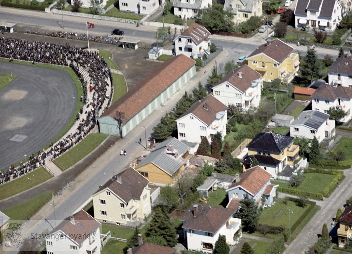 Bebyggelse ved Bretlandsgata, Bjørnøygata, Holbergs gate..Til venstre Stavanger Stadion