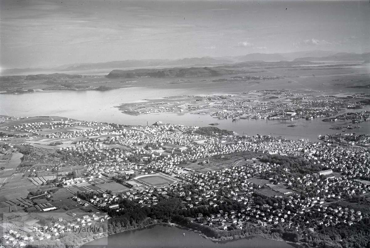 Oversiktsbilde: Stavanger midtre. Mot nord...Mosvannet / Mosvatnet i forgrunnen. Eiganes midt i bildet. Mot byøyene og byfjorden.