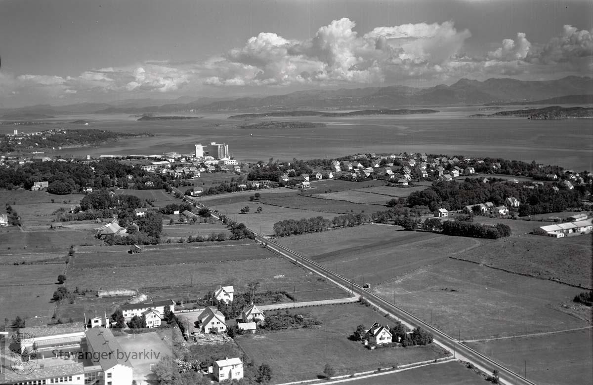 Stavanger ytre. Kristianlyst. Mot N.Ø...Mariero til høyre. Breidablikkveien 16, Hetland videregående skole i nederste venstre billedhjørne. Marieroveien