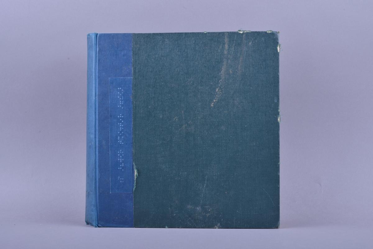 Bok med noter i punktskrift. Tosidig trykk på lyst brunt papir. Mørkgrønt omslag av ruglete tekstil. Halvbind. Ryggen er av blått lerret. Klistrelapp med punktskrift er klistret på for- og baksiden av omslaget.