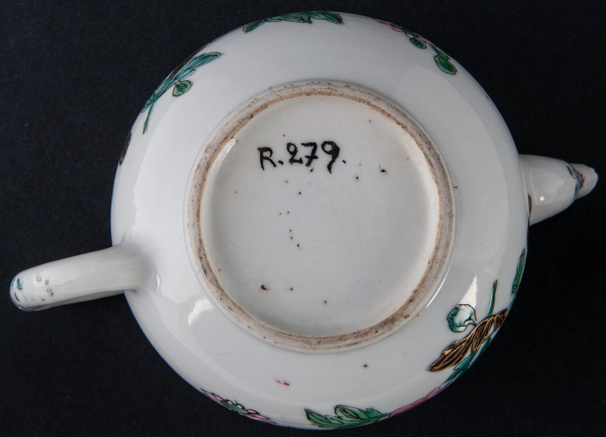 Kaffekanna/tekanna, ostindiskt porslin, polykrom dekor. Bukig med svängd pip och rundat öra. knopp på locket. Vit glasyr med överglasyrfärg, emalj. Rött, svart, ljusblått, guld. Mönster, blommor mm. Utan fabrikationsmärke, kompaniporslin.