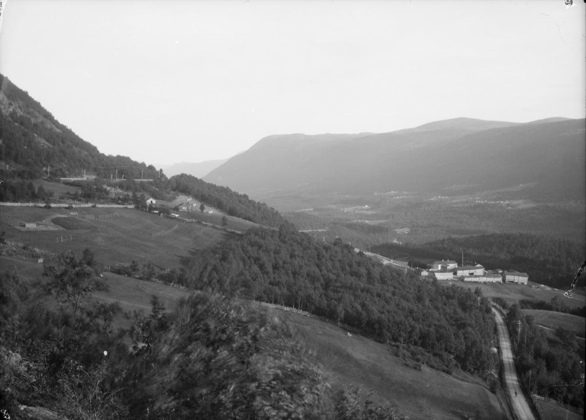 Dombåsbakkene med utsikt sørover mot Dovrebygda. Lie gard til høyre
