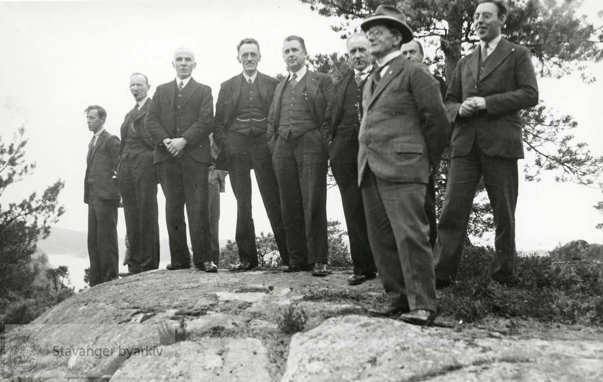 Gruppebilde av menn ved Bjellandsgården