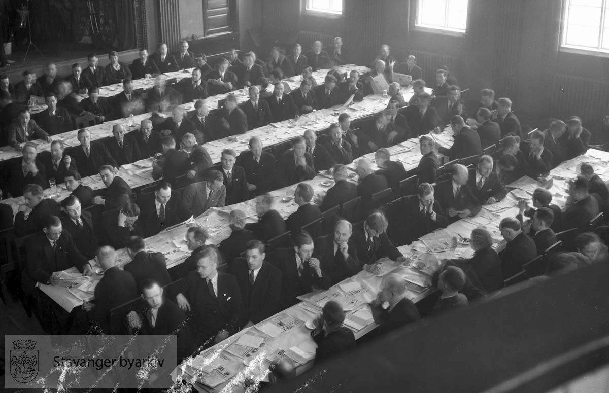 Delegater sittende ved bord.