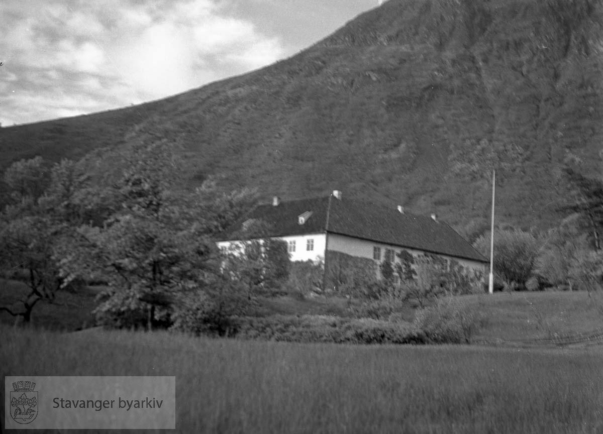 Stor villa ved foten av fjell