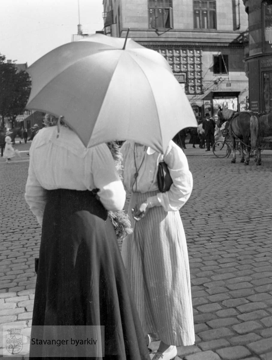 Damer med paraply