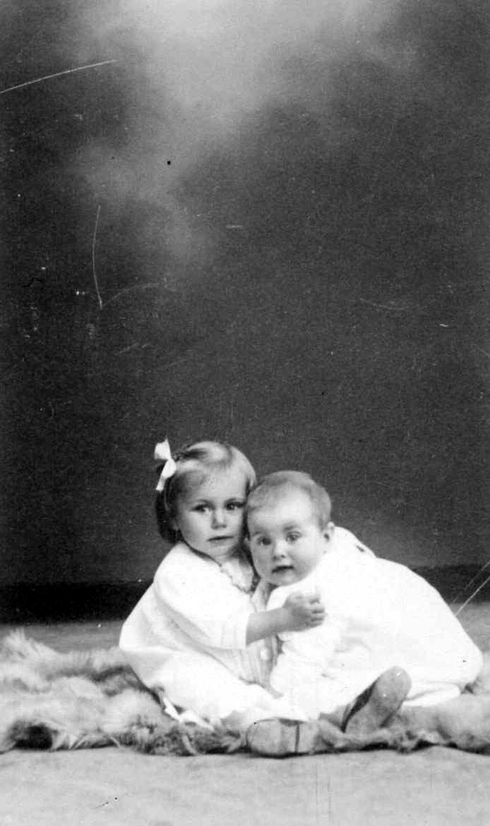 Portrett av to små barn.