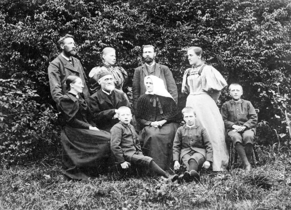 Gruppebilde av flere personer, antatt familiebilde.