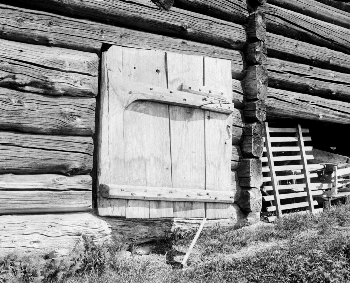 Nærbilde av gammel dør på tømmerbygning