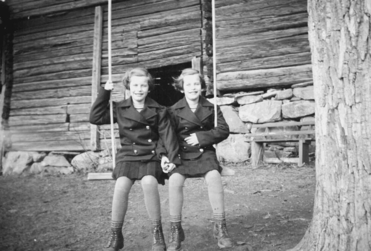 Tvillingjenter på en huske, Astrid og Sigrun Jørstad