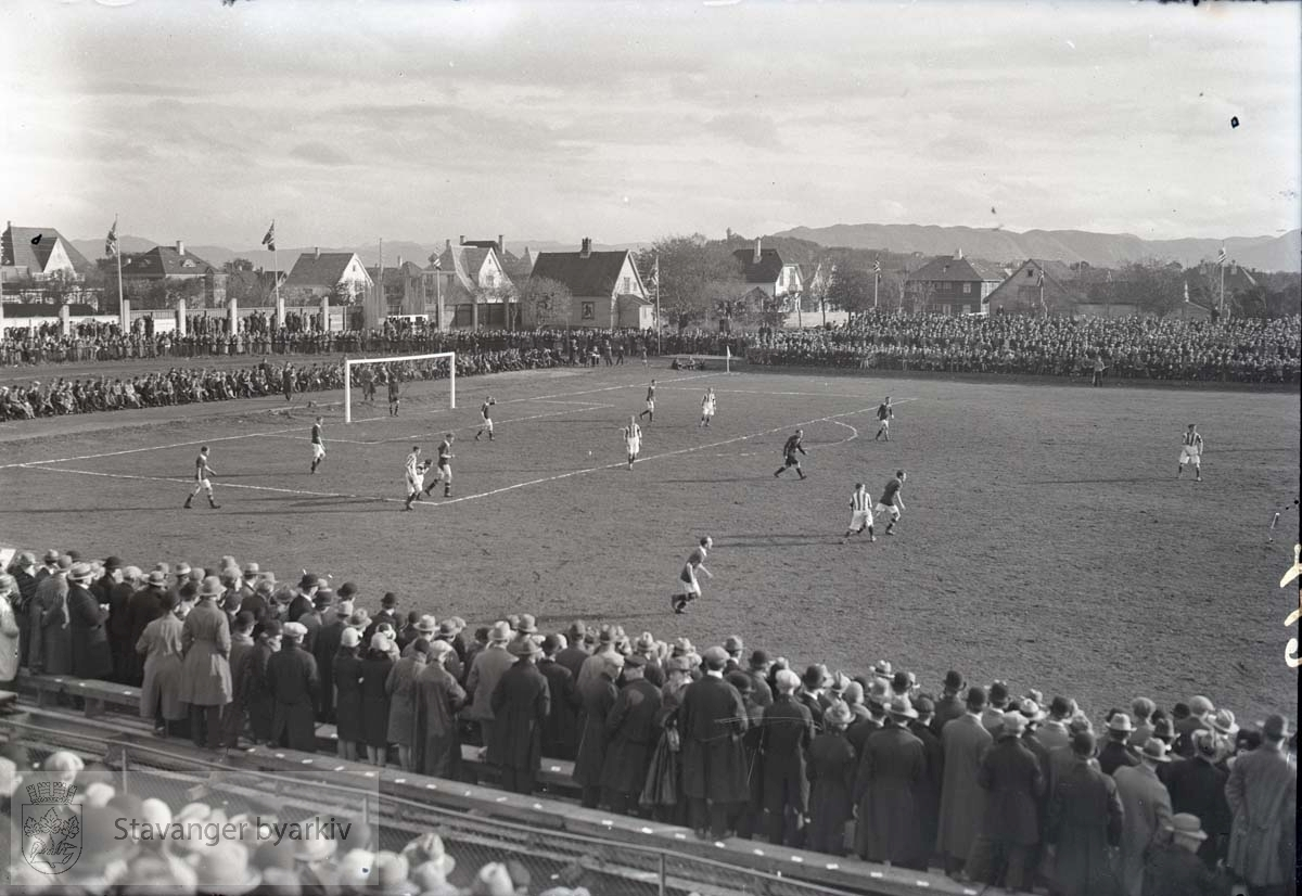 Tilskuere langs sidelinja. .Fotball.