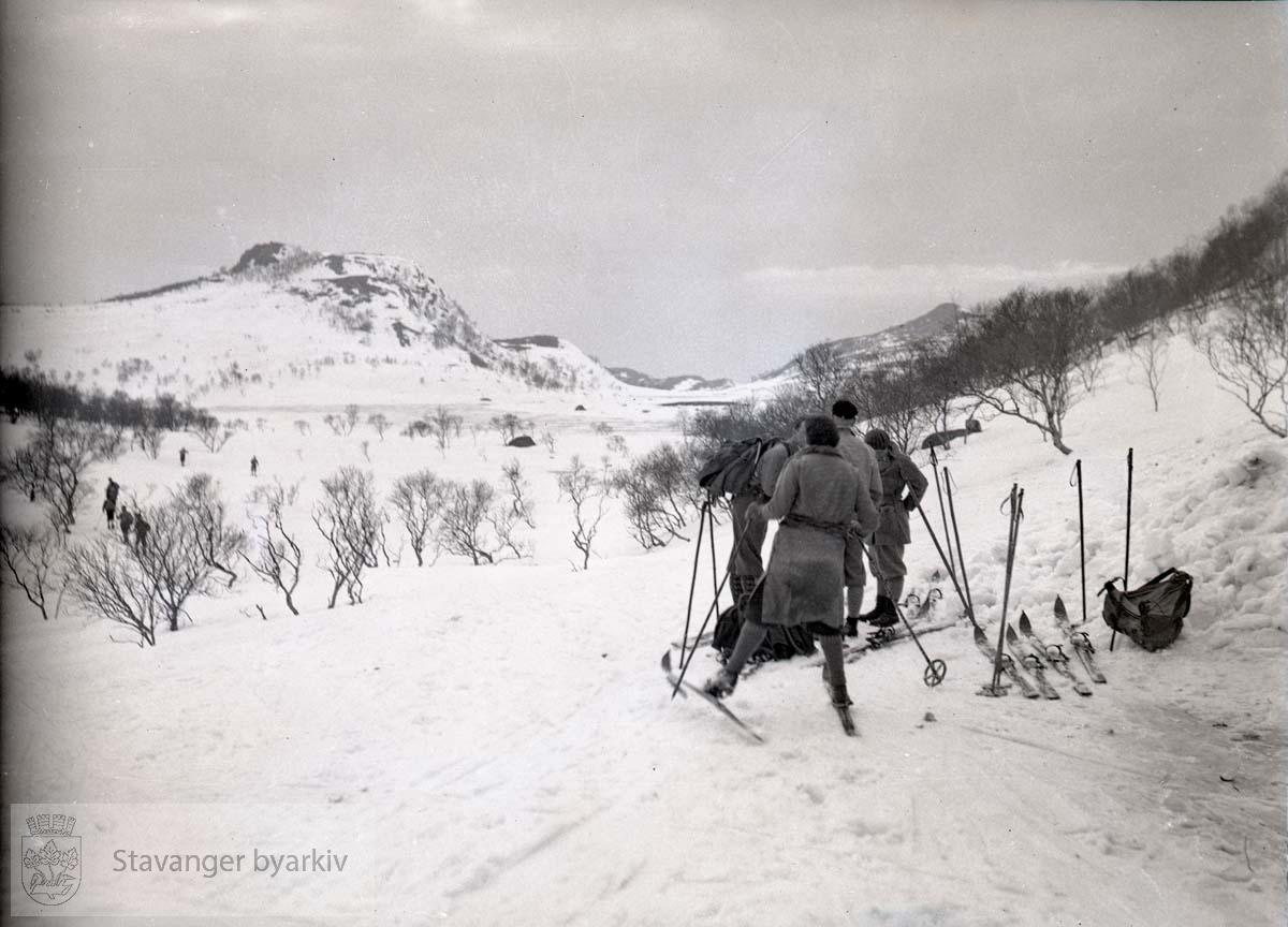 Skiløpere i vinterlandskap på fjellet.
