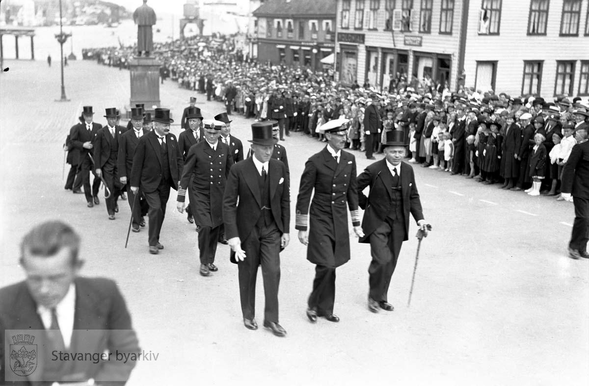 Varemessens filmer.Torget.Bertram C. Middelthon lenger bak i følget...Hans Majestet Kong Haakon VII ankommer Stavanger .Norges varemesse