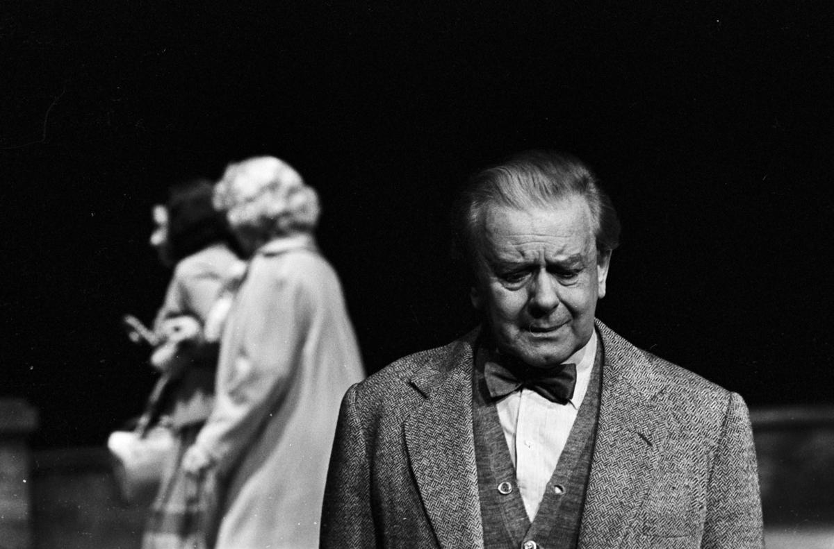 """Scene fra Nationaltheaterets oppsetning av David Storeys """"Hjem"""". Forestillingen hadde premiere 27. oktober 1971. Kirsten Sørlie hadde regi og medvirkende var blant andre Per Aabel som Harry, Ella Hval som Marjorie og Aase Bye som Katleen. ."""