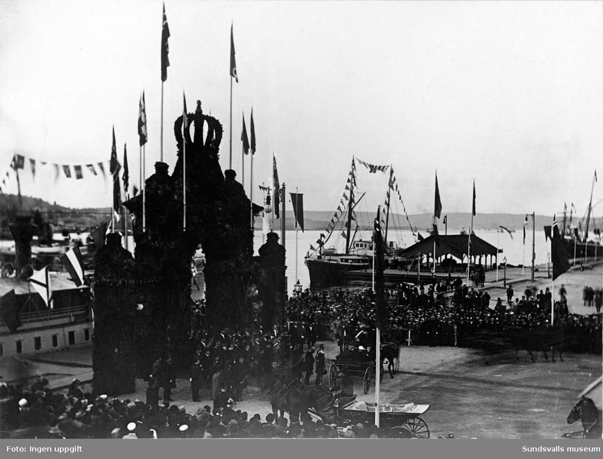 Hamnen och äreporten för kung Oscar den II vid dennes besök i samband med Konst- och industriutställningen i Sundsvall 1882.