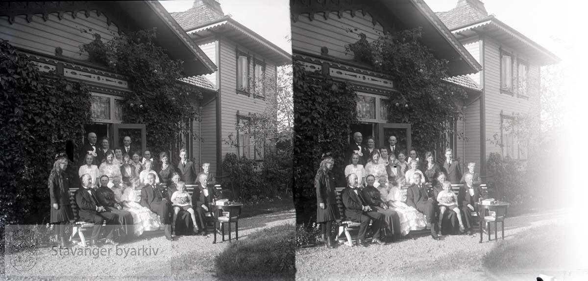 Stort familieselskap.Mulig det har noe med paret i midten å gjøre. Michael Eckhoff Grude og Sigrid Rusten giftet seg 30.12.1916. Forlovelsesselskap?..Stereofotografi.