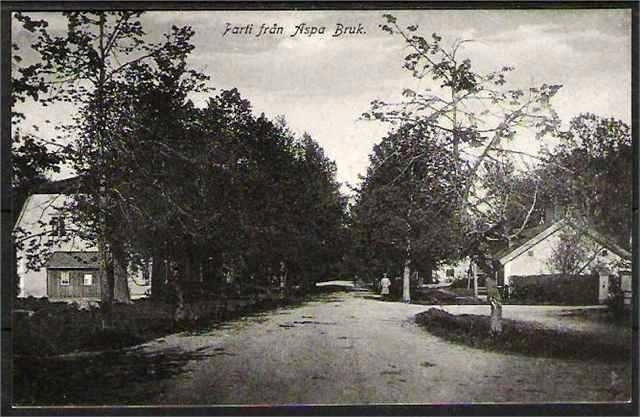 Poststationen i Aspa bruk. Poststationen ligger i huset till höger.