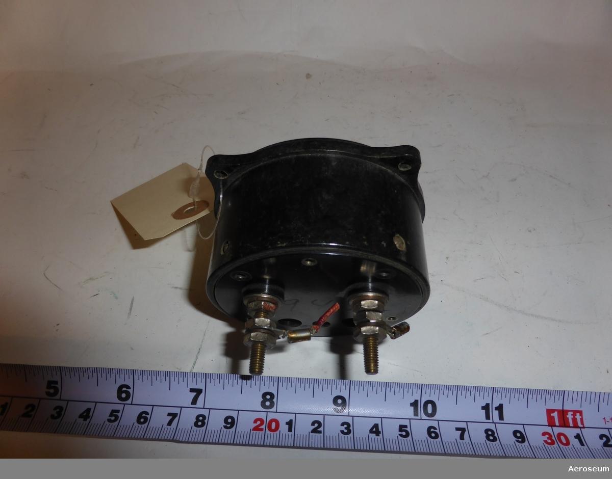 """En radiopejl. Även kallad radiokompass. Tillverkad av Weston Electrical Instrument Corp.  Troligtvis från 1930-talet.  På displayen står det: """"WESTON ELECTRICAL INSTRUMENT CORP., NEWARK, N.J., U.S.A"""", """"RADIO COMPASS"""", """"MODEL 602 TYPE 1+ NO 5643"""", och """"PAT 1,579,849 1,635,595 1,661,214"""".  På botten av föremålet står det: """"940""""."""
