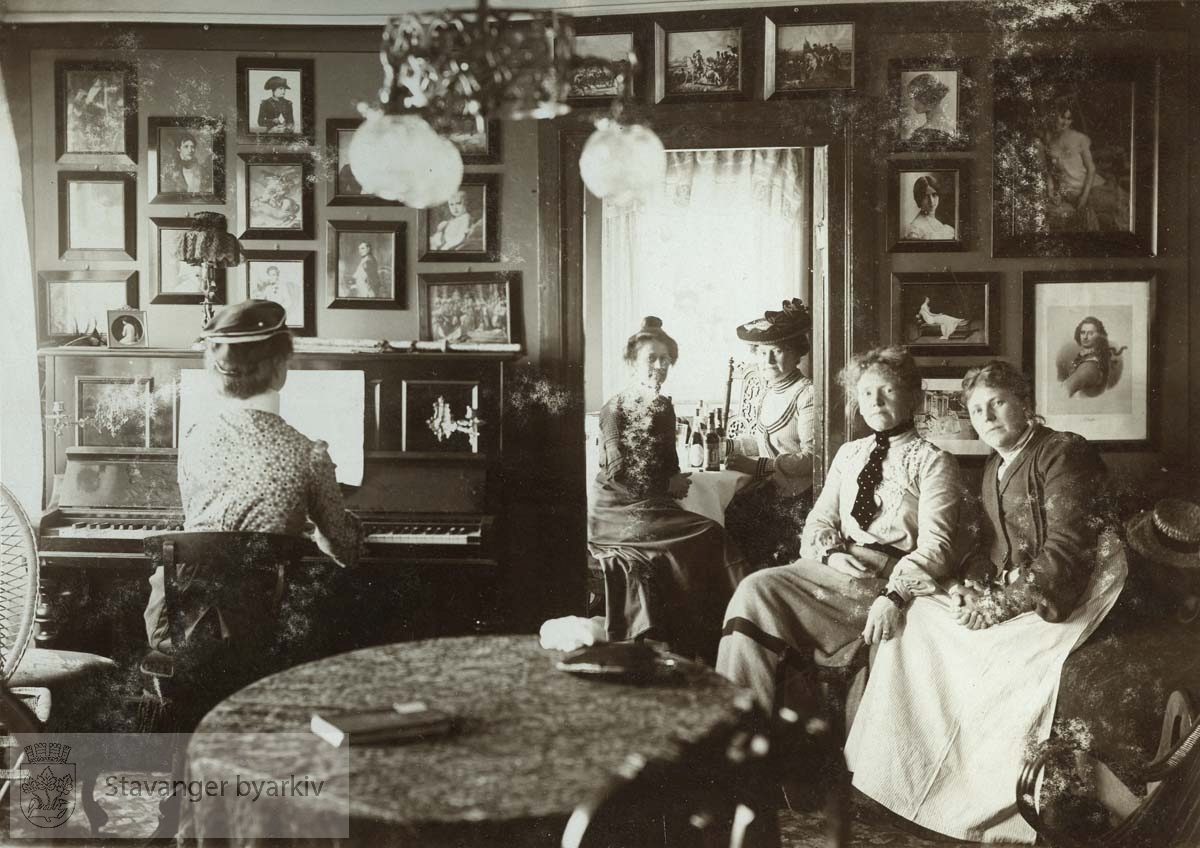 Gruppebilde i stuen til Arentz på Tau