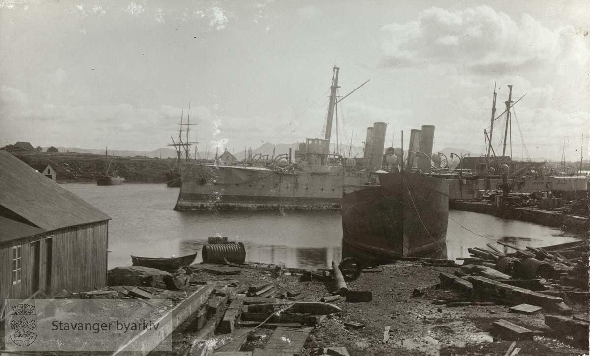 .Stavanger Skibsophugning A/S , Stavanger skipsopphugning holdt til i Nyhavn fra 1903 fram til 1957 da virksomheten ble flyttet til Grimstad.