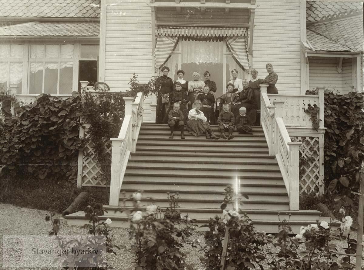Familien Monsen på trappen i Munkehagen