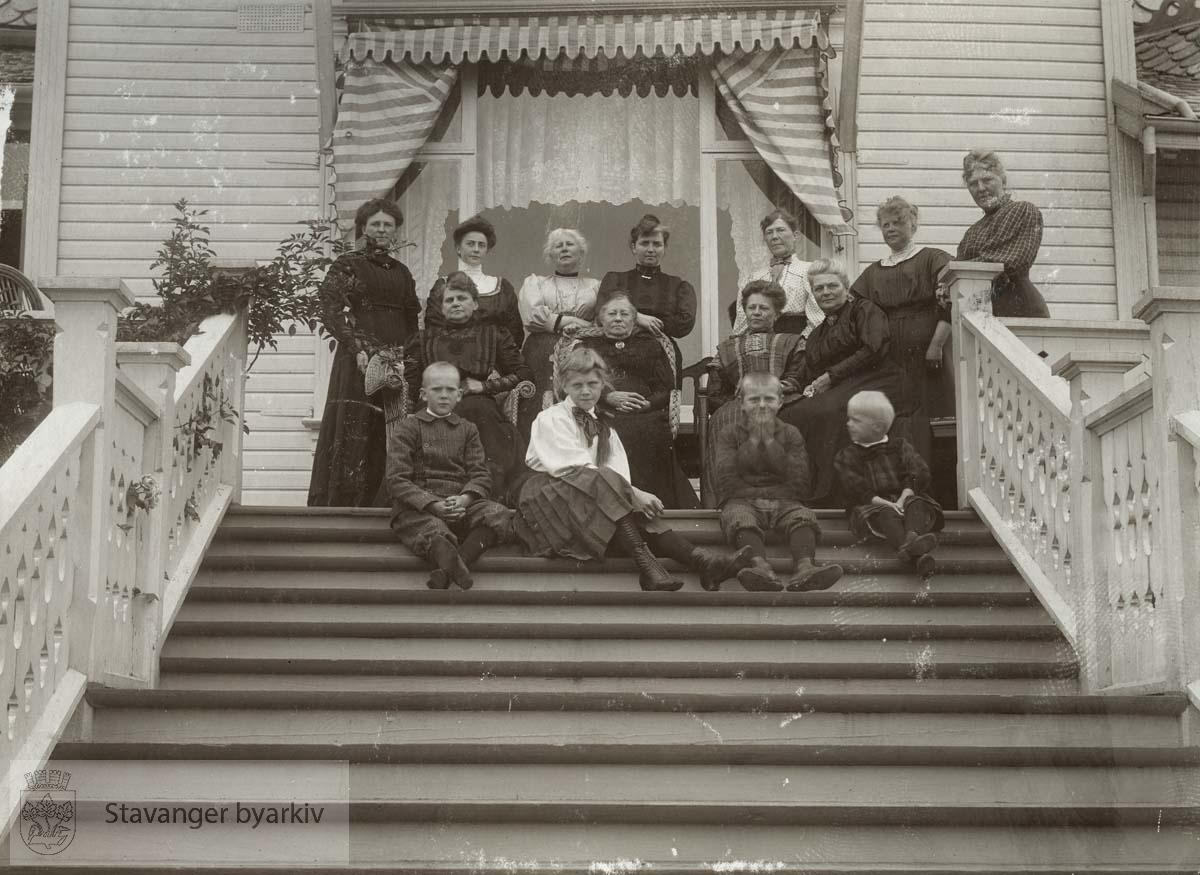 Kvinner i Bernerslekten samlet hjemme hos Martha Monsen (f. Berner) i Munkehagen på Eiganes.