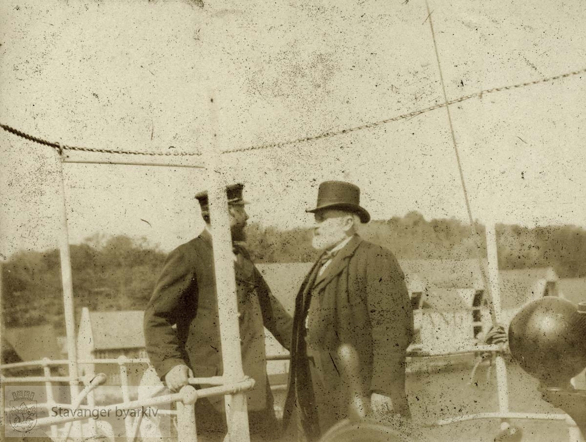 Kaptein J.C. Olsen til venstre