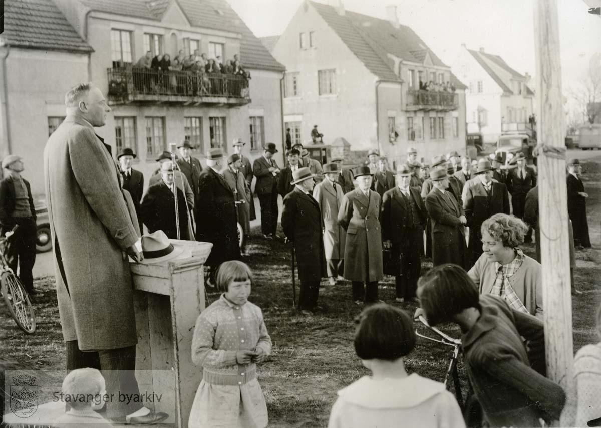 L.W. Hansen taler ..(Fra minnealbum avlevert av familien Hansen. Bildene og dokumentene er dog blitt til som ledd av L.W.Hansens kommunale virke, og er således innlemmet som del av formannskapets bildearkiv)