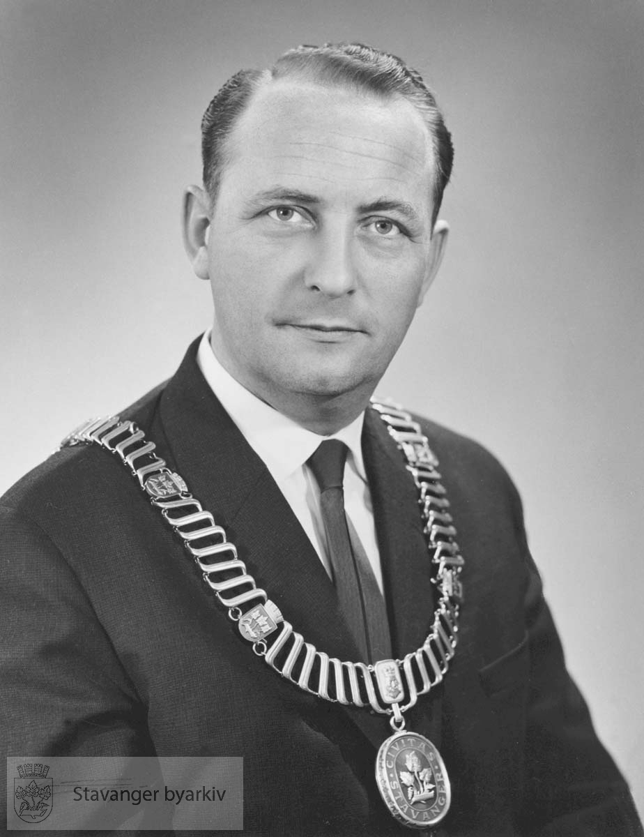 Ordfører i Stavanger 1965-1967 og 1972-1981 (ordfører i Madla 1964) Høyre..Statsråd i Kommunal- og arbeidsdepartementet 1981-1986..Sivilingeniør med eget byggekonsulentfirma.