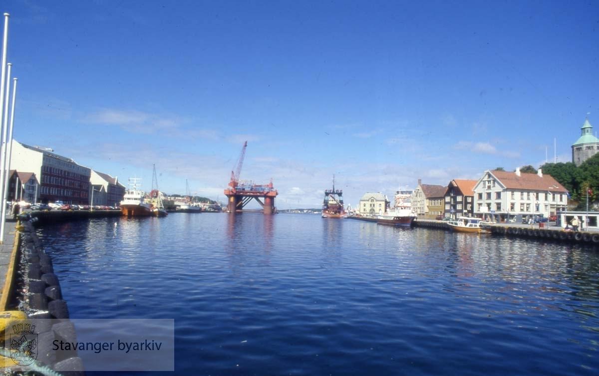 Fra innerst i Vågen med Skagenkaien til høyre og Strandkaien til venstre..Langt framme ser man en plattform som slepes ut.