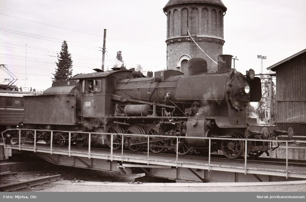 Damplokomotiv type 24b nr. 264 på svingskiven på Eina stasjon.