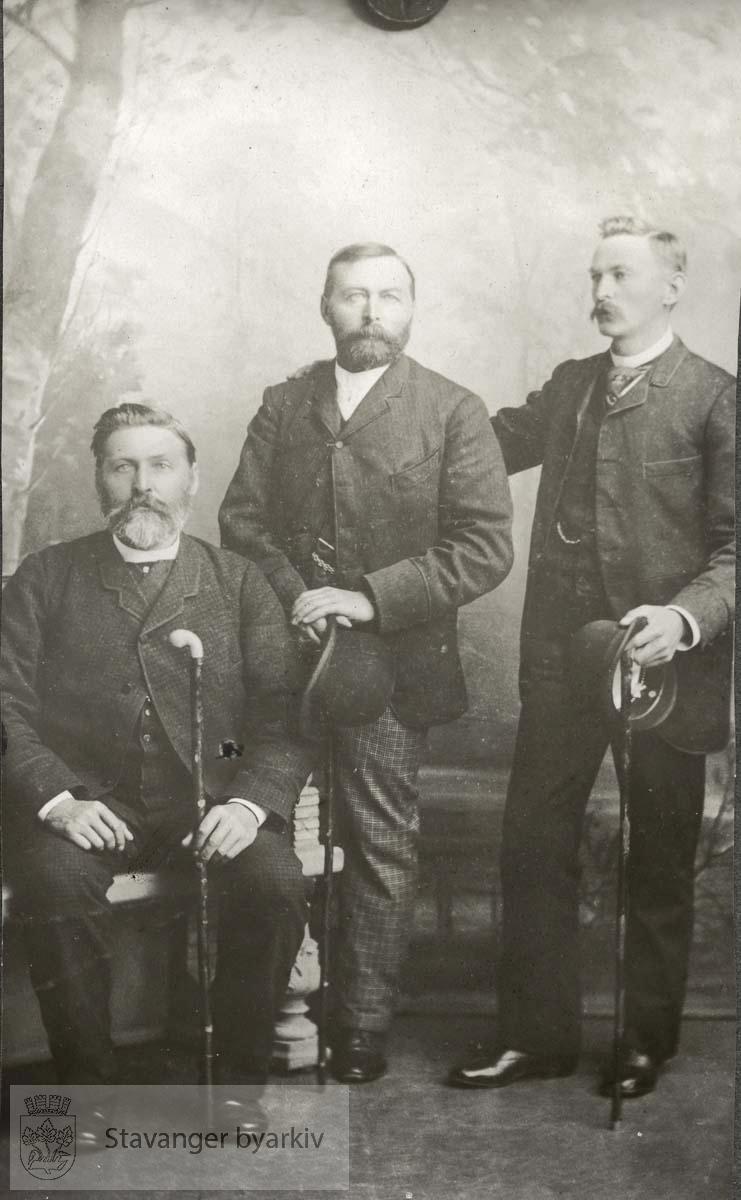 Tre menn i fotoatelier