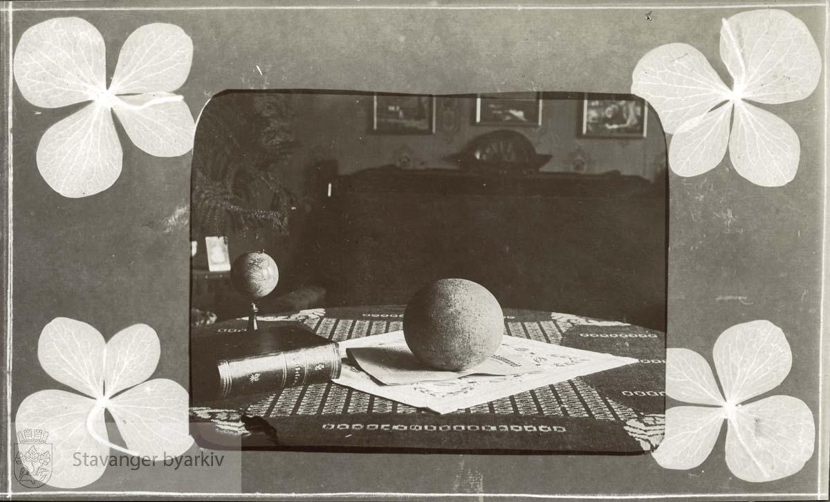 Stein, bibel og globus på bord i stue