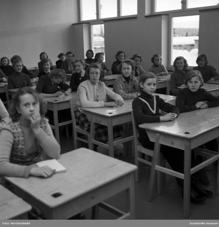 Interiörbilder från Hagaskolan med barn och personal i korridorer och klassrum.
