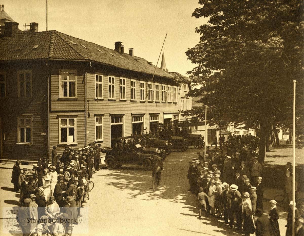 Oppstilling foran den gamle brannstajonen som lå i Kongsgata fra 1883 til 1956 . Anledning uviss.