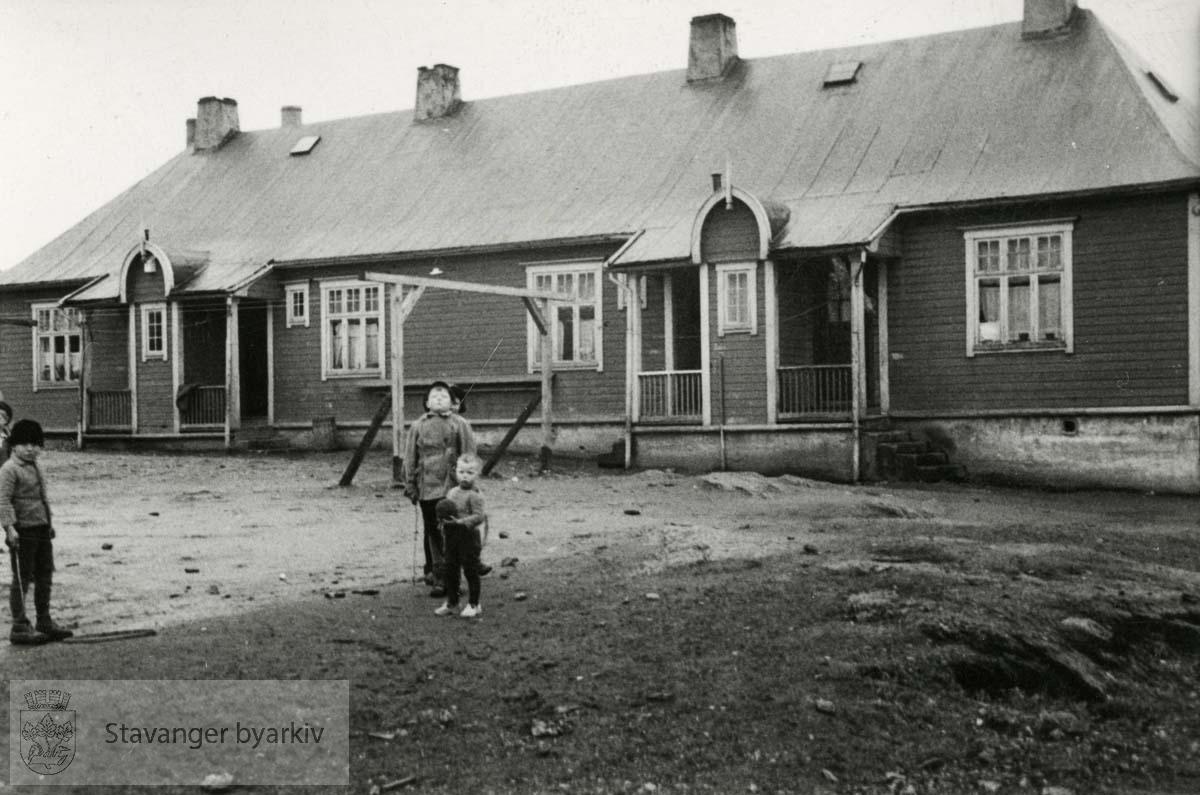 """Brakkebyen på Sletten. 11 nødbrakker ble oppført under 1. verdenskrig. """"Barakkene"""" var i bruk helt fram til 1970 da de ble revet og erstattet med nye kommunale boliger..Midjord. Storhaug.."""