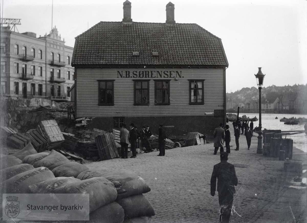 Til venstre Hotell Victoria nyoppført. Nivelleringsarbeidet foregår på Skansen.